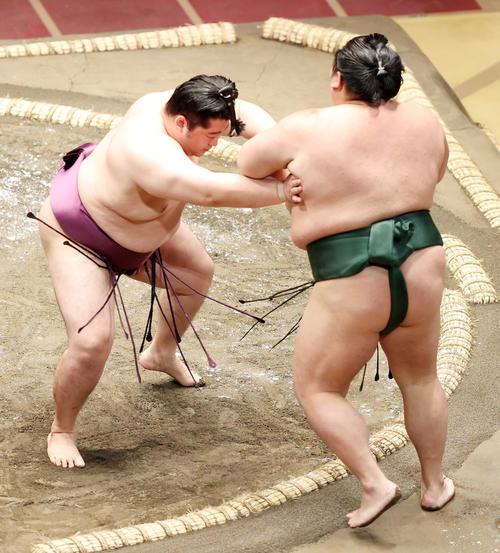 千代大龍(右)を押し出しで破る遠藤(撮影・鈴木正人)