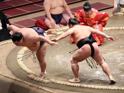 阿武咲(左)をはたき込む照強(撮影・河野匠)