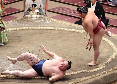 宝富士(左)をはたき込んだ大栄翔(撮影・河野匠)