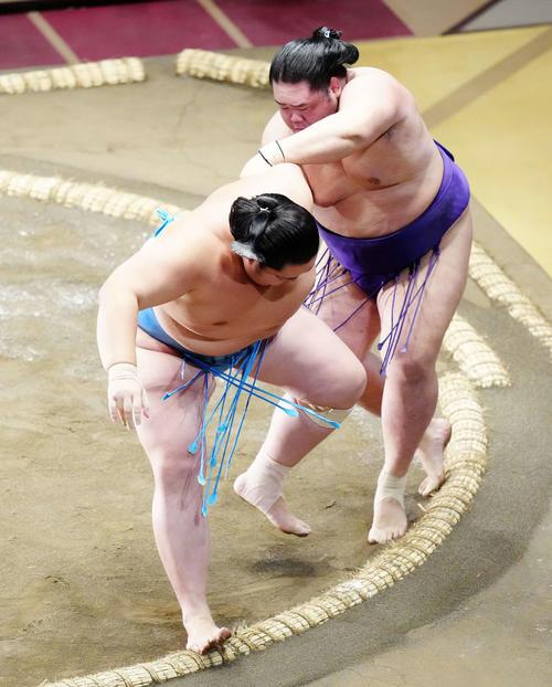 琴ノ若(左)を下手出し投げで破る明生(撮影・江口和貴)