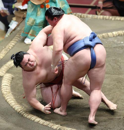 隆の勝(左)突き落としで破る正代(撮影・河田真司)