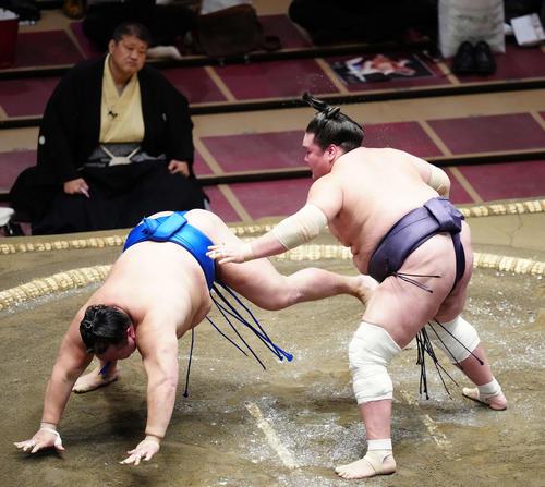 北勝富士(左)を引き落としで破る照ノ富士(撮影・江口和貴)