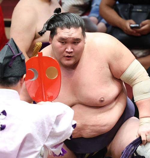 北勝富士を引き落としで破り、勝ち名乗りを受ける照ノ富士(撮影・河田真司)