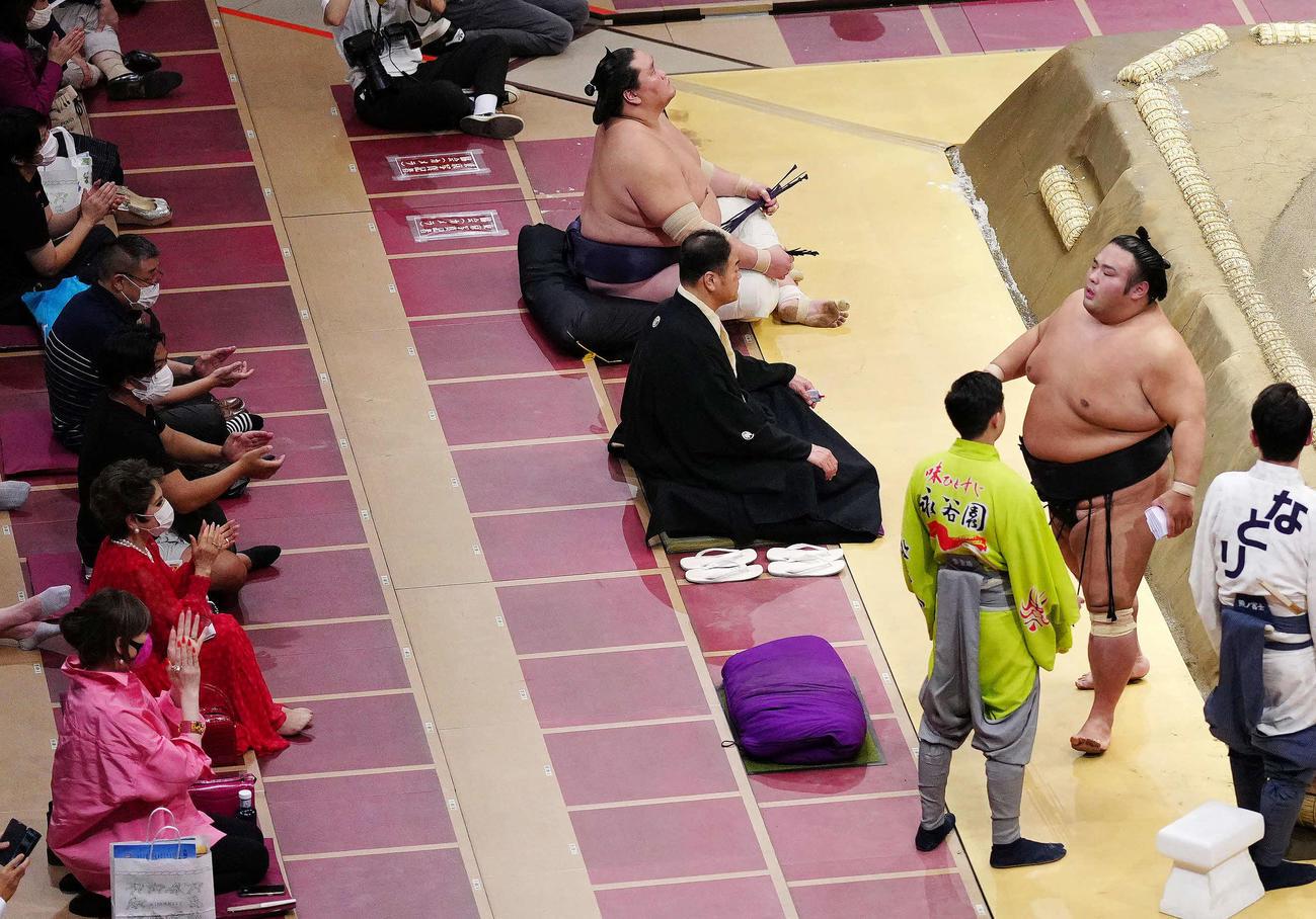 豊昇龍を突き落としで破った貴景勝(右から2人目)に拍手するデヴィ夫人(左手前から2人目)(撮影・江口和貴)