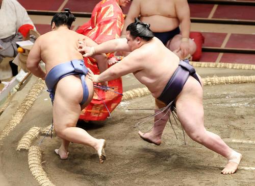 翔猿(左)を送り出しで破る阿武咲(撮影・鈴木正人)