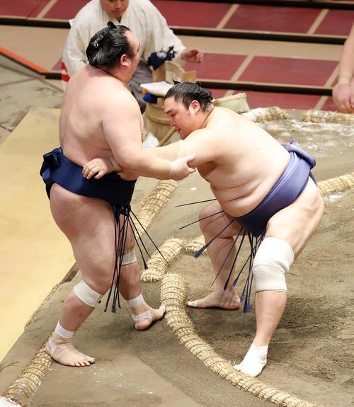 宝富士(左)を寄り切りで破る隠岐の海(撮影・鈴木正人)