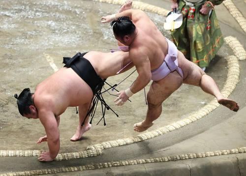 琴恵光(右)を上手投げで破るで千代ノ皇(撮影・河田真司)