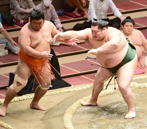千代大龍(右)は志摩ノ海を押し出しで破る(撮影・小沢裕)