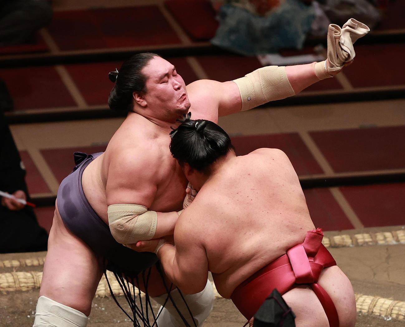 突っ張りを受ける中、大栄翔の右手首のサポーターをつかみとる照ノ富士(撮影・野上伸悟)