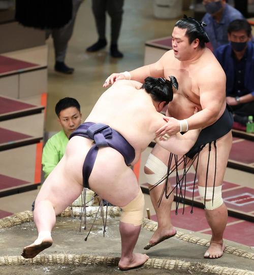 阿武咲(左)に押し出しで敗れる妙義龍(撮影・河田真司)