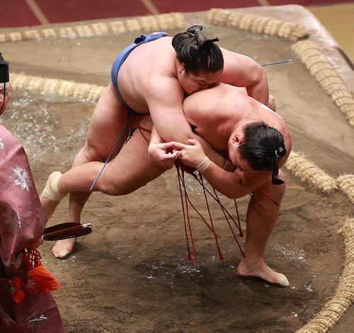 若隆景(左)を1本背負いで破る豊昇龍=(撮影・野上伸悟)
