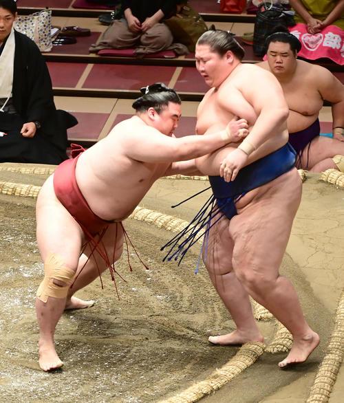隆の勝(左)は逸ノ城を寄り切りで破る(撮影・小沢裕)