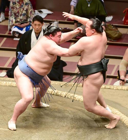 正代(左)は千代翔馬を押し出しで破る(撮影・小沢裕)