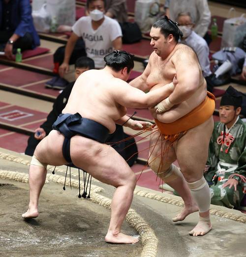 輝(左)に押し出しで敗れる魁聖(撮影・河田真司)