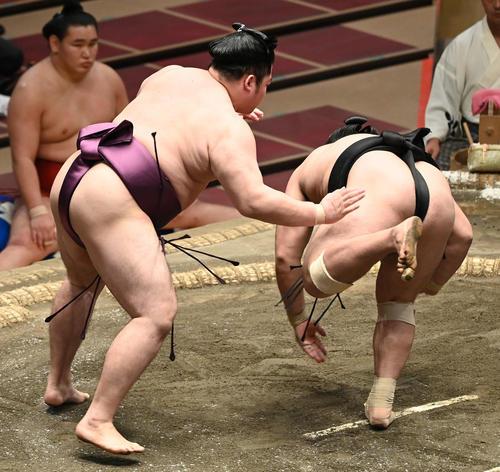 遠藤(左)は霧馬山をはたき込みで破る(撮影・山崎安昭)
