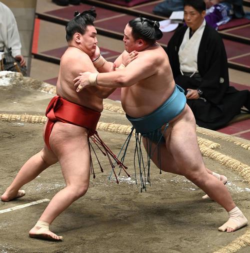 豊昇龍(左)は玉鷲を押し込む(撮影・山崎安昭)