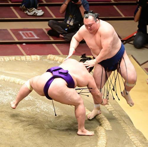 明生(左)は宝富士を押し出しで破る(撮影・小沢裕)