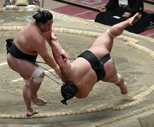 妙義龍(左)は貴景勝をすくい投げで破る(撮影・山崎安昭)