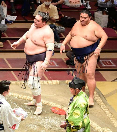 照ノ富士(左)は御嶽海を寄り切りで破る(撮影・小沢裕)