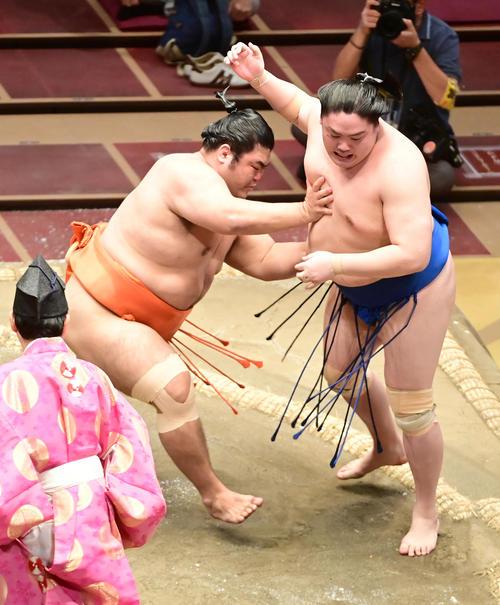 志摩ノ海(左)は一山本を寄り切りで破る(撮影・小沢裕)
