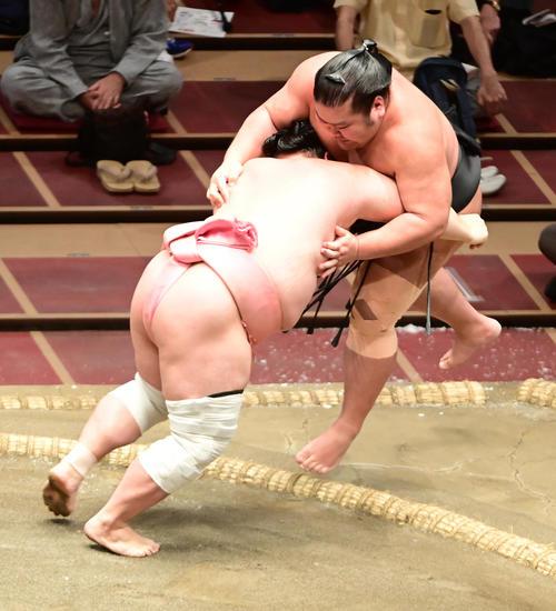 宇良(左)は千代ノ皇を押し出しで破る(撮影・小沢裕)