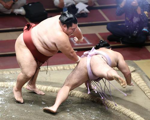 琴恵光(右)をはたき込みで破る徳勝龍(撮影・河田真司)