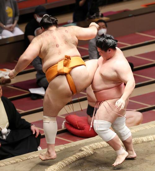 魁聖(左)を足取りで破る宇良(撮影・鈴木正人)