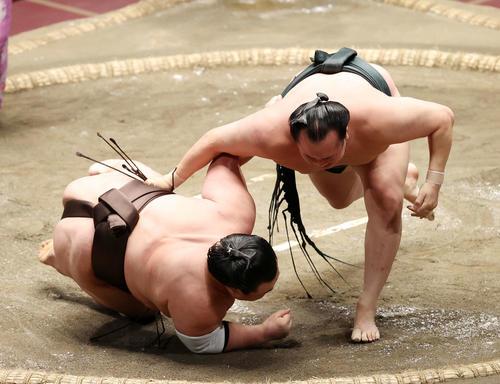 英乃海(左)を上手投げで破る千代翔馬(撮影・鈴木正人)