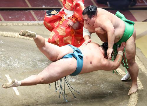 玉鷲(左)を引き落としで破る千代丸(撮影・河田真司)