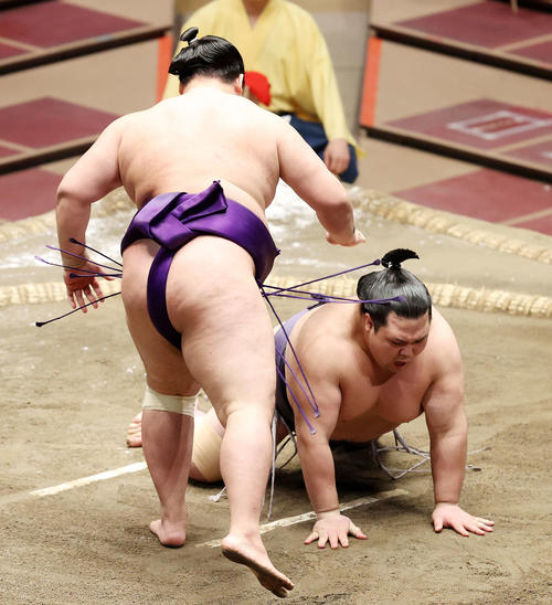 明生(左)にはたき込みで敗れる阿武咲(撮影・鈴木正人)