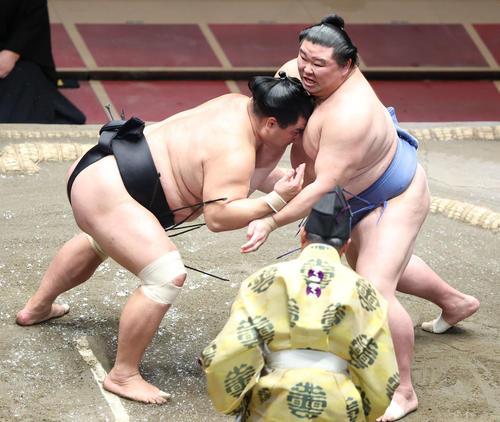 正代(右)と立ち合う妙義龍(撮影・河田真司)