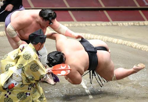 貴景勝(右)を上手投げで破る照ノ富士(撮影・河田真司)