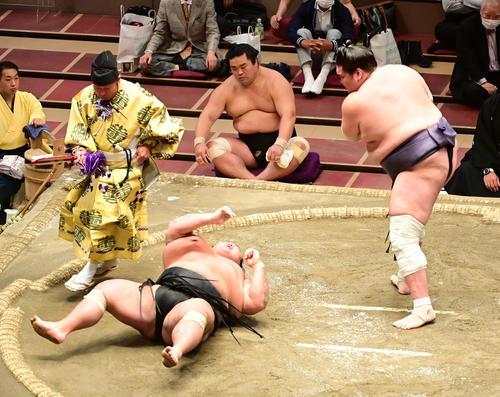 照ノ富士(右)は貴景勝を上手投げで破る。左奥は妙義龍(撮影・小沢裕)