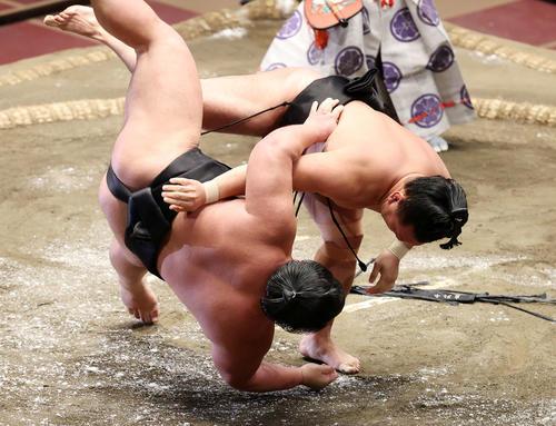 千代ノ皇(左)を掛け投げで破る照強(撮影・鈴木正人)