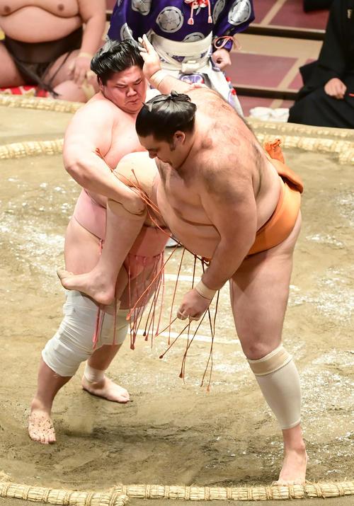 宇良(左)は足取りで魁聖を破る(撮影・小沢裕)