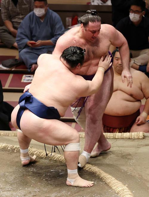 栃ノ心(右)を寄り切りで破る宝富士(撮影・鈴木正人)