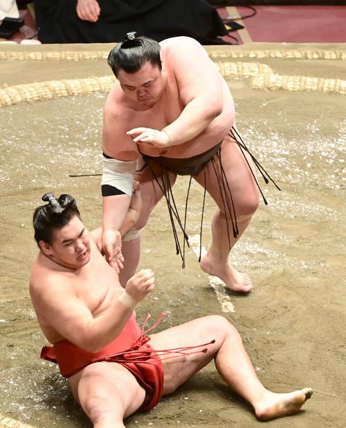 英乃海は豊昇龍(左)を巻き落としで破る(撮影・小沢裕)