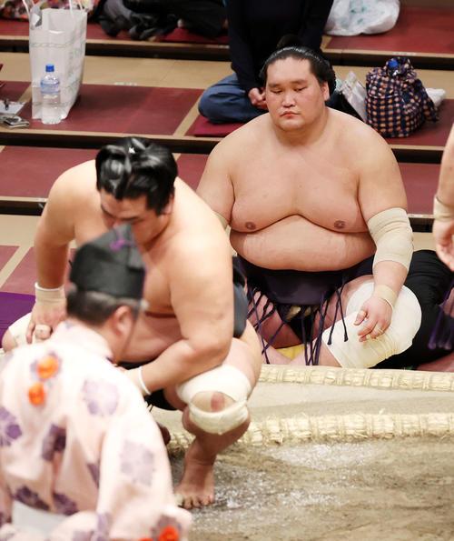 明生に肩すかしで敗れた妙義龍(左)。後方は優勝した照ノ富士(撮影・鈴木正人)