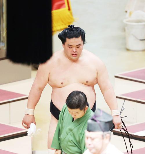 明生に肩すかしで敗れ、土俵から引き揚げる妙義龍(撮影・河田真司)