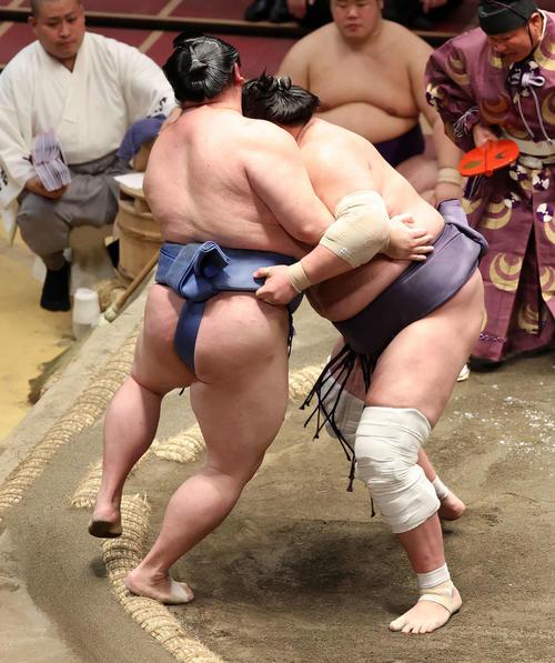 正代(左)を寄り切りで破る照ノ富士(撮影・鈴木正人)