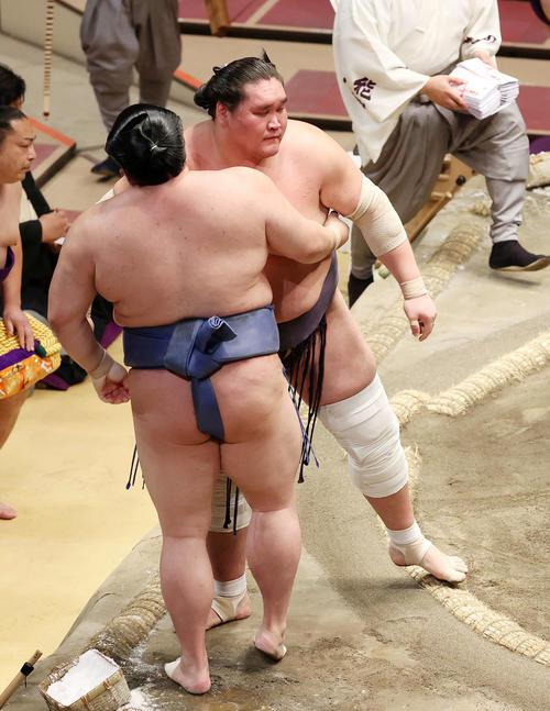 正代(左)を寄り切りで破った照ノ富士(撮影・鈴木正人)