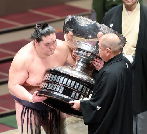 幕内優勝を決め、八角理事長(右)から内閣総理大臣杯を受け取る横綱照ノ富士(撮影・河田真司)