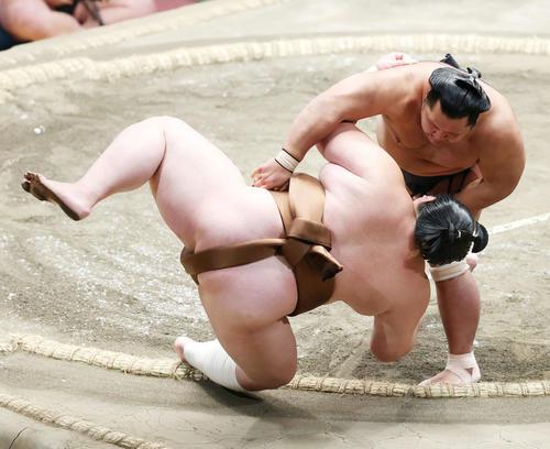 剣翔(左)を上手投げで破る松鳳山(撮影・河田真司)