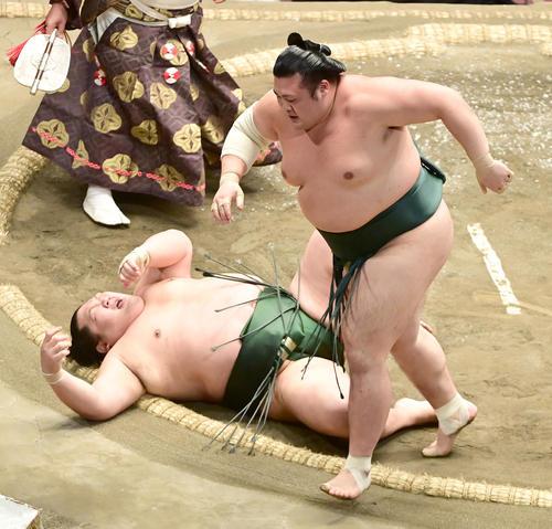 豊山(右)は千代大龍を上手投げで破る(撮影・小沢裕)