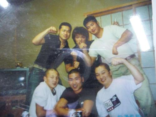 2000年に15歳で来日した当時の白鵬(左下)