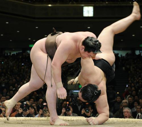 2008年1月、大相撲初場所千秋楽で、朝青龍との横綱相星決戦を上手投げで決めた白鵬(共同)