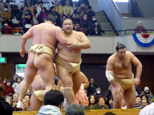 大相撲冬巡業 白鵬(背中)がぶつかりげいこの相手に魁皇を指名し、地元ファンを沸かせた(2009年12月9日撮影)