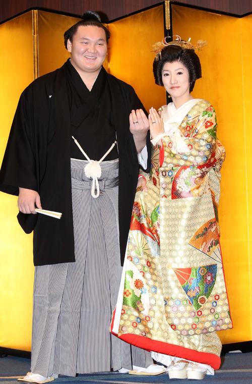 結婚披露宴記者会見で手を合わせ、指輪を見せる横綱白鵬と紗代子夫人(10年02月21日)