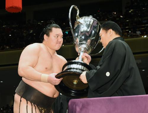 15年初場所で大鵬を抜く33度目優勝を果たした白鵬(左)は北の湖理事長から賜杯を受け取る