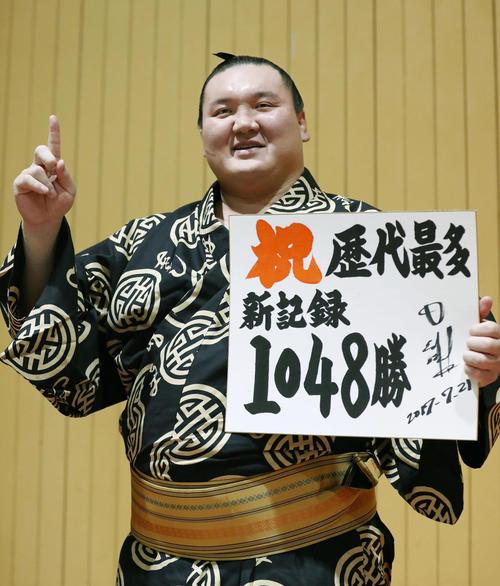 2017年7月、大相撲で単独史上1位の通算1048勝目を挙げた横綱白鵬(共同)